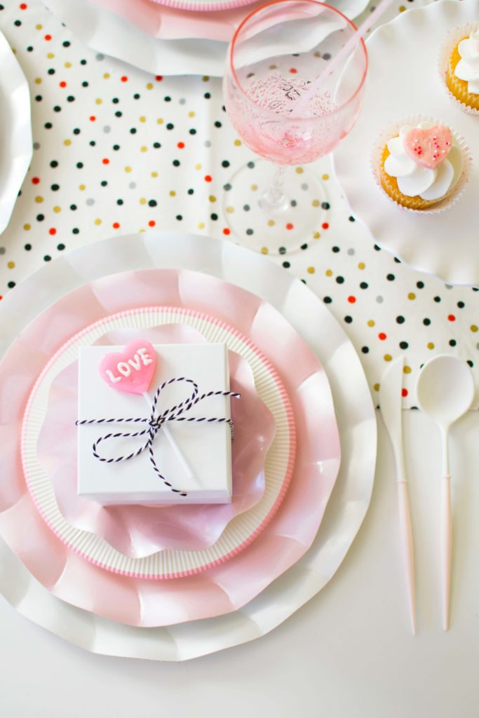 How to set up a quick & easy Valentine's Day Tablescape 2 Ways